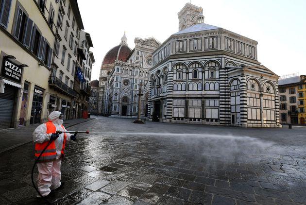 Désertée à cause du confinement, la place de la cathédrale de Florence, en...