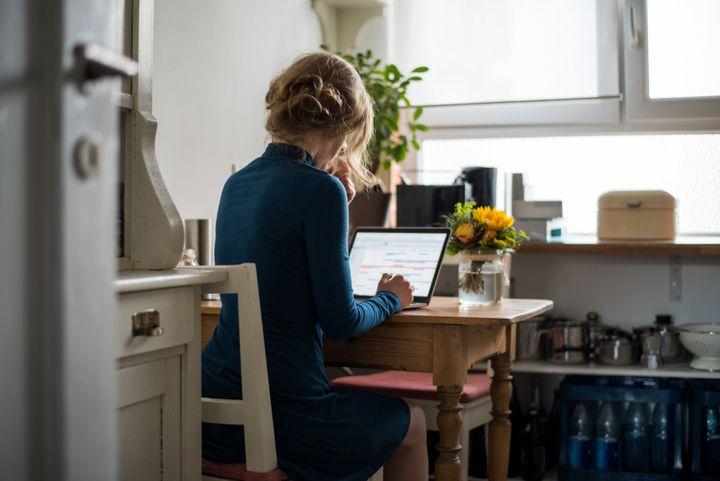 """""""Au moment des repas, je préfère par exemple être dans la pièce à vivre, pour participer au quotidien tout en gardant un œil au travail (mails, discussions)."""" Mélina (Photo d'illustration)"""
