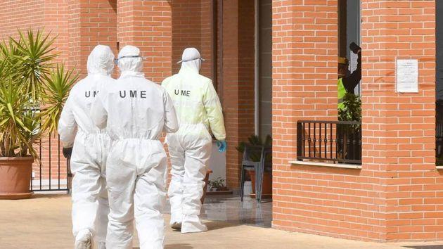 La UME desinfecta una residencia de