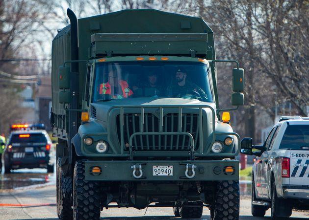 Des véhicules de l'armée ont été aperçus sur des wagons au cours du...