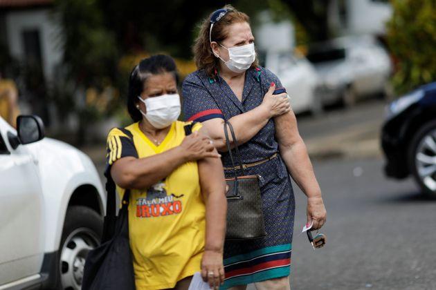 Idosas são vacinadas contra a gripe nesta segunda-feira (23) para ajudar no diagnóstico...
