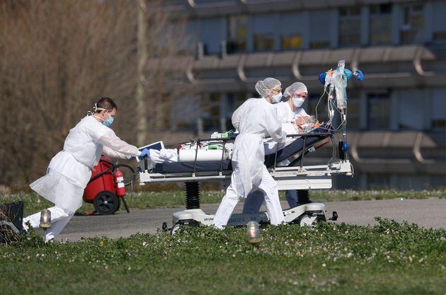 Un malade du Covid-19 évacué de l'hôpital de Mulhouse le 23 mars