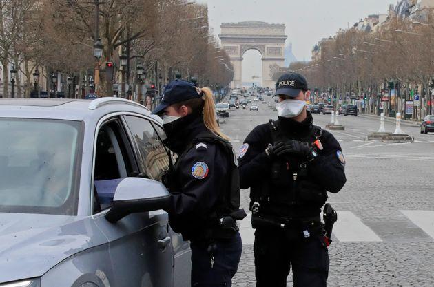 Des policiers procèdent à un contrôle sur les Champs-Élysées à...
