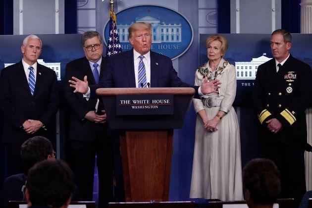 도널드 트럼프 대통령이 백악관 코로나19 대책본부 브리핑에서 기자들의 질문에 답하고 있다. 2020년