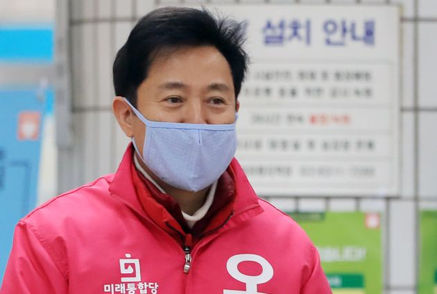 광진구 뚝섬유원지역에서 인사 중인 오세훈 후보. 2020. 3.