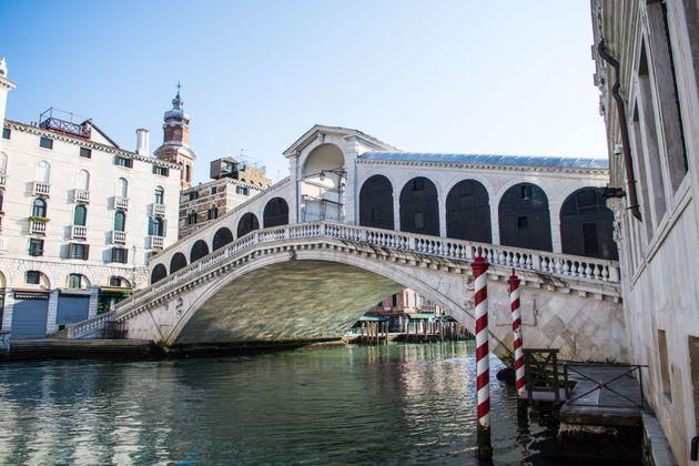 """3月18日に撮影された""""水の都""""ベネチアの名所、リアルト橋"""