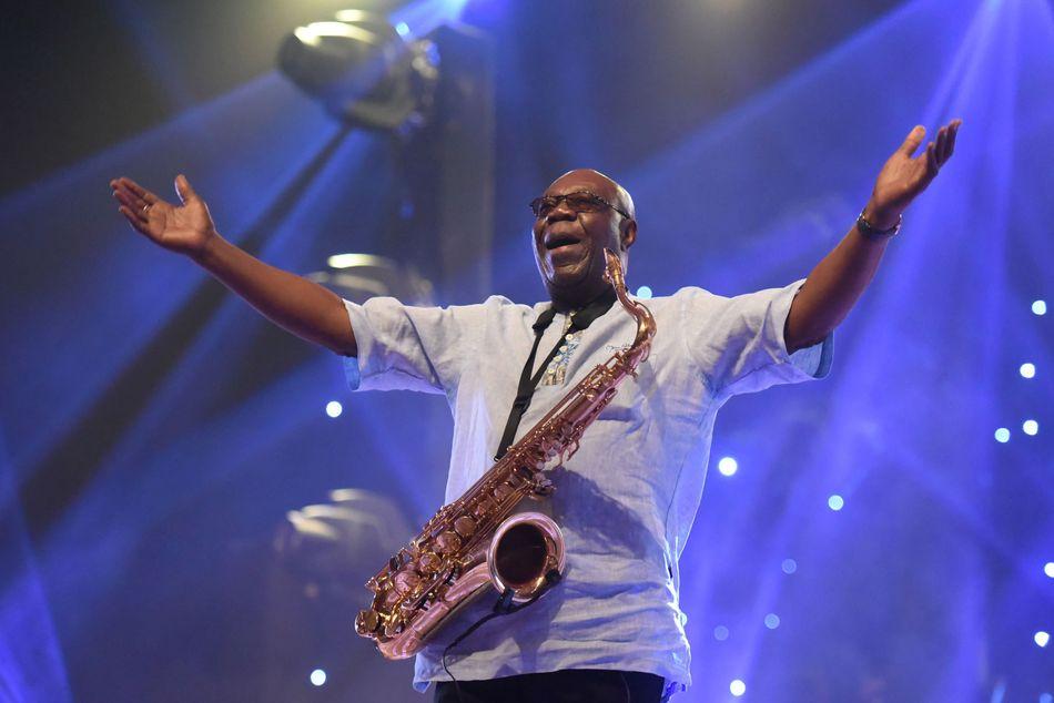 Le saxophoniste et chanteur camerounais Manu Dibango est mort mardi 24 mars à l'âge de 24 ans, des suites du coronavirus. Il s'agit de la première célébrité mondiale à décéder à cause de l'épidémie de covid-19.>>> En savoir plus dans notre article par ici