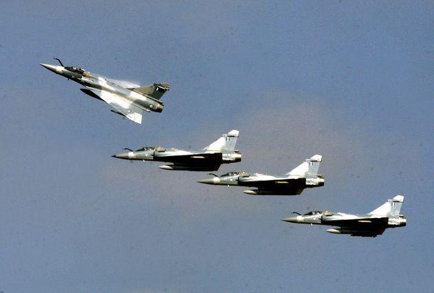 Μαχητικά πέταξαν πάνω από την Αθήνα για την 25η Μαρτίου και το Twitter έκανε