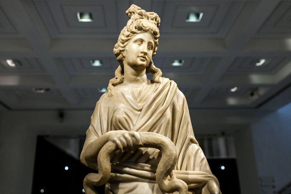 Μαρμάρινο άγαλμα της θεάς Υγιείας 3ος αι. μ.Χ., Αρχαιολογικό Μουσείο