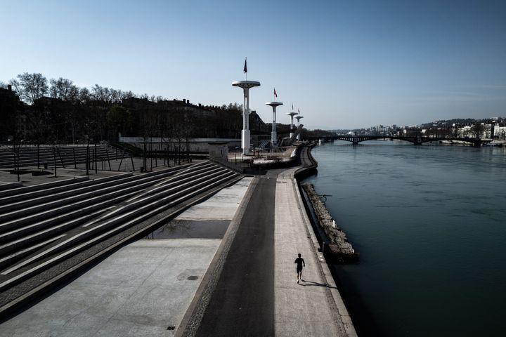 Une personne faisant un jogging à Lyon le 20 mars 2020.