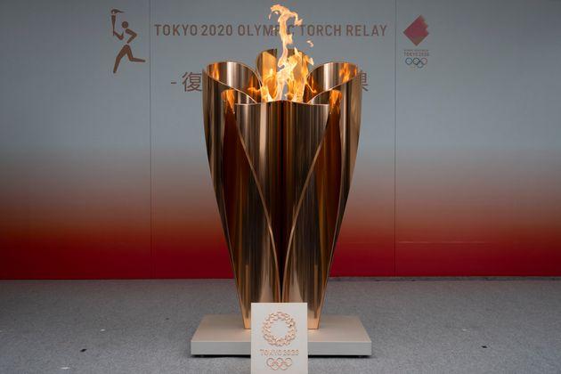 La flamme olympique des JO de Tokyo exposée lors d'une cérémonie publique dans la...
