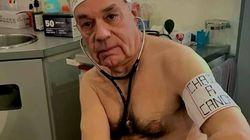 Ce médecin pose nu pour protester contre le manque de protection des