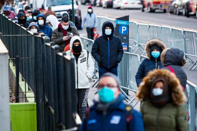 Plusieurs personnes font la file devant l'hôpital Elmhurst dans le quartier Queens à New...