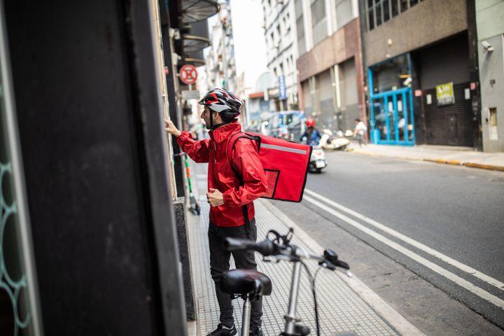 Peça para os entregadores esperarem do lado de fora de seu prédio para limitar o contato entre vocês.