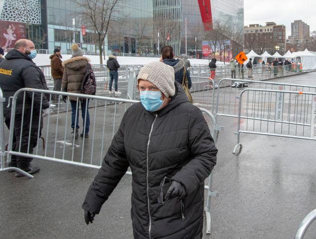 Une femme quitte la clinique de test COVID-19, le mardi 24 mars 2020, à