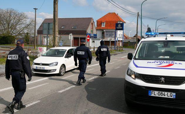 Des policiers contrôlent les déplacements à Baisieux dans le Nord de la France, le...