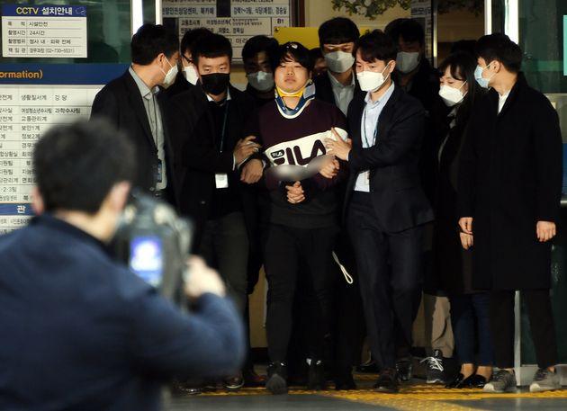 텔레그램에서 미성년자를 포함한 여성들의 성 착취물을 제작 및 유포한 혐의를 받는 '박사방' 운영자 조주빈이 25일 서울 종로구 종로경찰서 유치장에서 나와 검찰로 송치되고