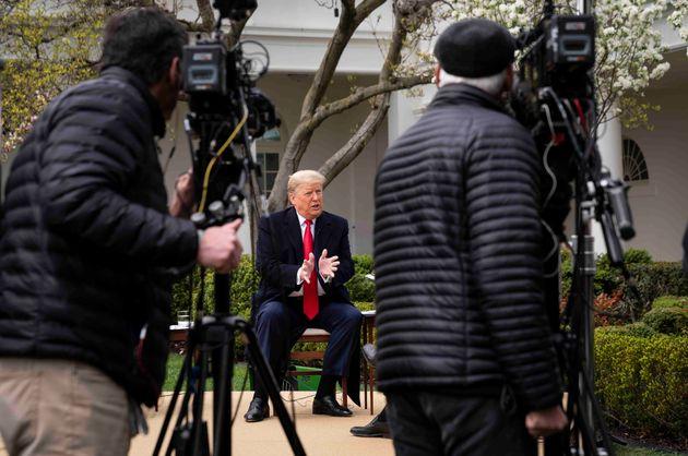 '경제활동 재개'를 언급했던 도널드 트럼프 대통령은 다시 한 번 코로나19를 독감이나 교통사고에 비교했다. 사진은 트럼프 대통령이 백악관 로즈가든에서 폭스뉴스 인터뷰를 하고 있는 모습....
