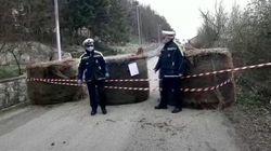 Paese in Puglia blocca accessi con balle di fieno: