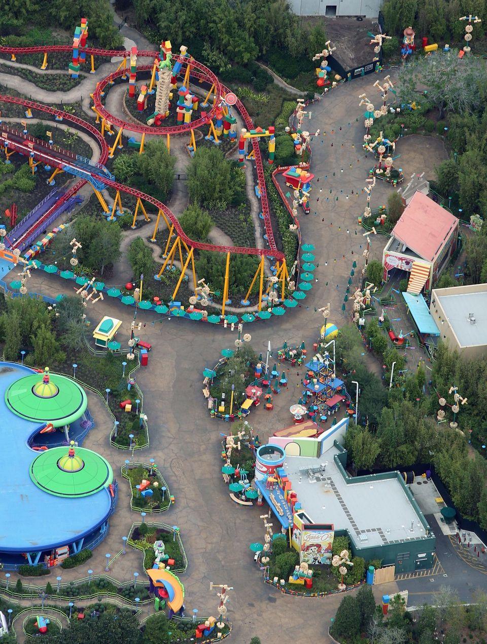 Άδειοι δρόμοι στο πάρκο «Toy Story», που βρίσκεται στοDisney's Hollywood Studios.