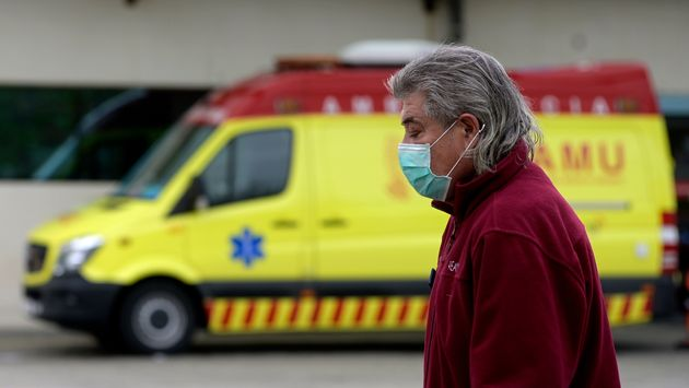 Un homme passe le 25 mars 2020 devant une ambulance à Valence, en Espagne, désormais deuxième...