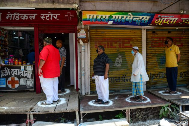 Des gens font la file en respectant la distanciation sociale à Allahabad en