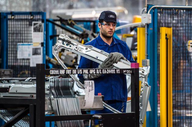 Un trabajador de la fábrica de Ford en