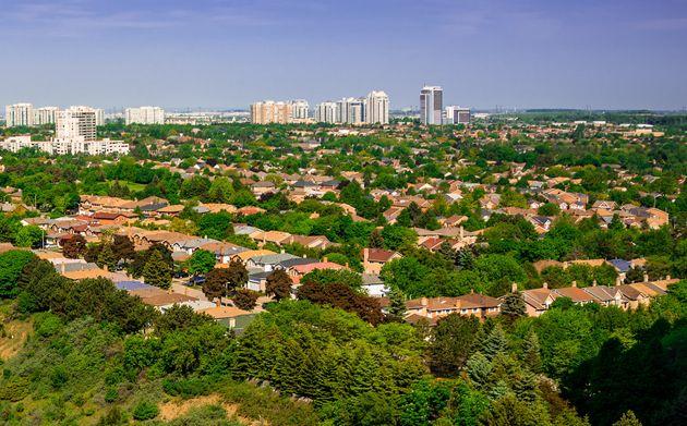この日付のないファイルの写真は、トロントの郊外の住宅の空撮を示しています。