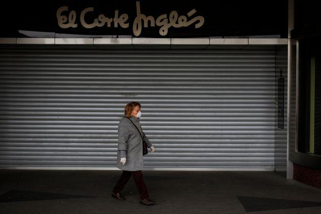 Una mujer pasa por delante de una tienda de El Corte Inglés