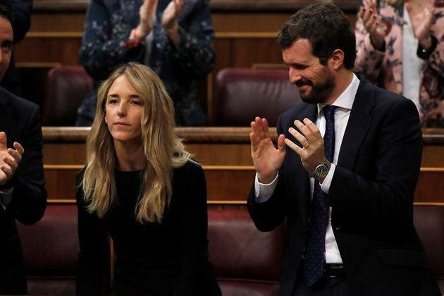 El líder del PP, Pablo Casado (d) aplaude a la portavoz de su partido, Cayetana Álvarez de Toledo