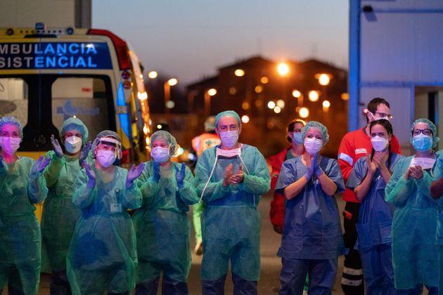 코로나19와 싸우고 있는 의료진들이 시민들의 응원에 답하는 의미로 함께 박수를 치고 있다. 부르고스, 스페인. 2020년