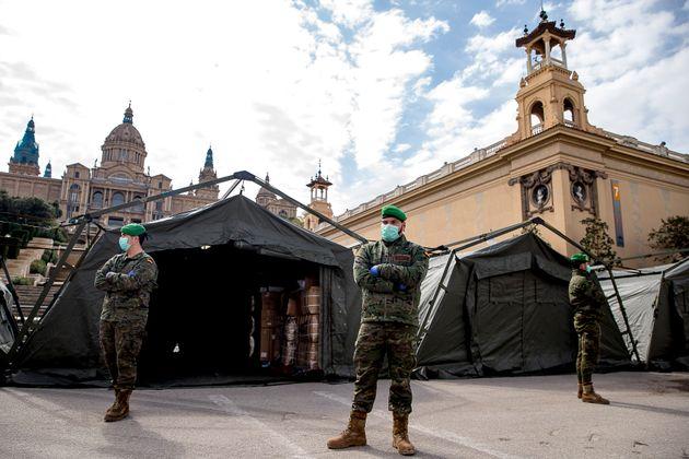 취약계층을 위해 마련된 임시 병원 앞에 스페인 군인들이 서있다. 스페인은 방역과 환자 이송 등을 지원하기 위해 군 병력을 투입했다. 바르셀로나, 스페인. 2020년