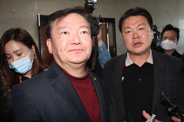 민경욱 미래통합당 의원이 24일 서울 여의도 국회에서 인천 연수을 경선에서 공천확정을 받고 취재진 질문에 답변하고 있다. 그러나 이날 이후에도 결정이 2번이나