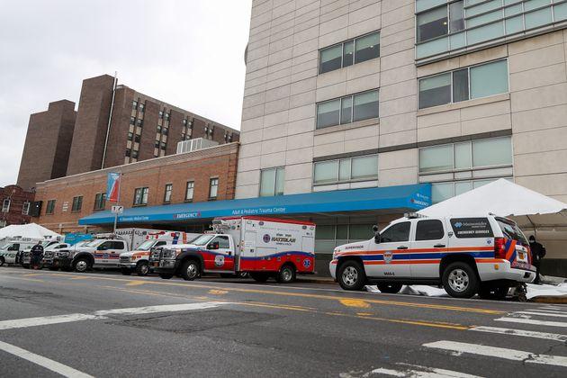 미국 뉴욕의 병원 앞에 구급차들이 줄지어 서있다. 뉴욕에는 미국 내 코로나19 확진자의 절반 가량이 몰려있다. 2020년