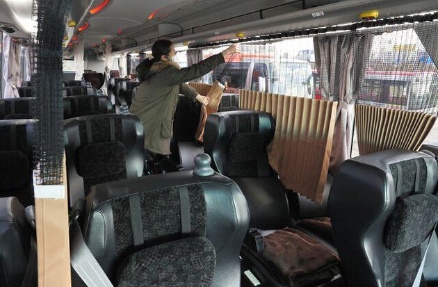 新型コロナで高速バスも改修 座席の間にカーテン