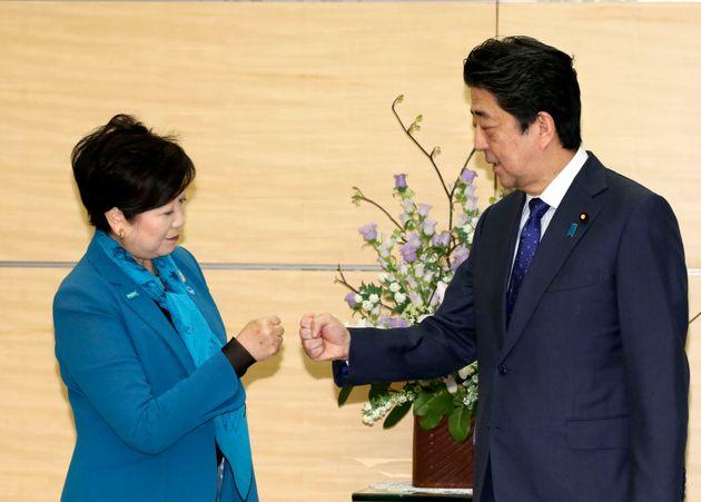 2020 도쿄올림픽 패럴림픽 연기 결정 직후 주먹을 맞대며 기뻐하고 있는 아베 신조 일본 총리와 코이케 유리코 도쿄