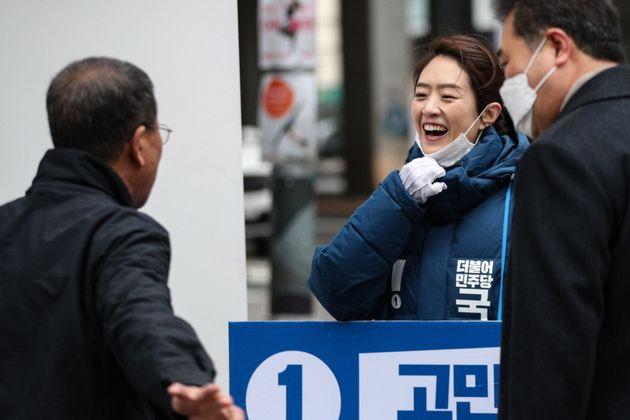 4.15 총선 광진을에 출마하는 고민정 전 청와대 대변인이 17일 오전 서울 광진구 건대입구역 앞에서 시민들에게 출근인사를 하고