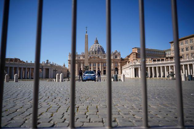Βατικανό: Χωρίς πιστούς οι λειτουργίες του Πάσχα – Κρούσμα στην κατοικία του πάπα