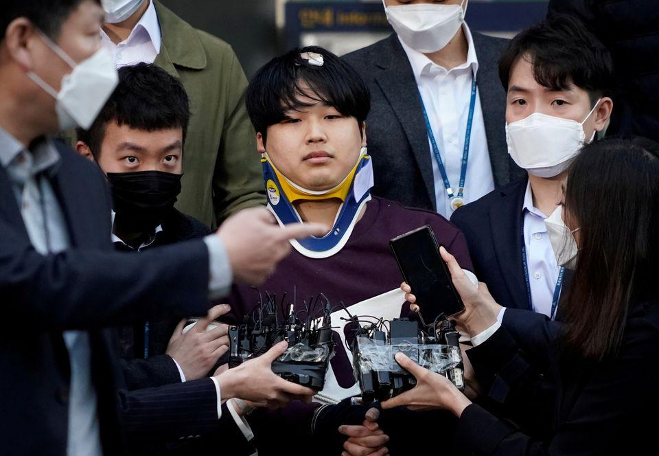25일 검찰 송치 중 언론에 공개된