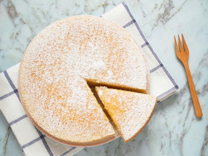 Une recette de gâteau simple avec de la farine, du sucre, des œufs, du beurre? Ou une recette sans four? Une recette de gâteau avec seulement trois ingrédients? Tout cela est possible sans être un pâtissier en or.