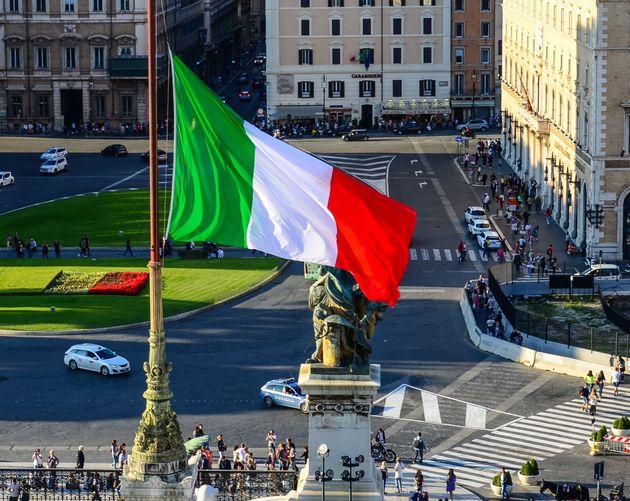 Tra voli dalla Cina, c130 statunitensi e camion russi sulle autostrade, l'Italia è scenario di