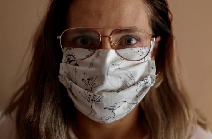 Una mujer con una máscara fabricada de forma casera.
