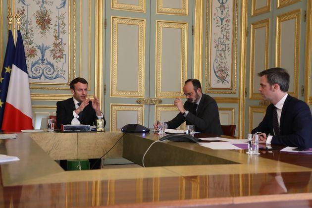 Emmanuel Macron, Edouard Philippe et Olivier Véran à l'Elysée pendant une réunion...