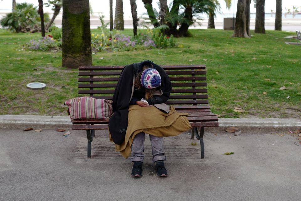 Άστεγος σε παγκάκι...