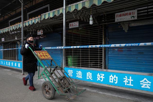 Sui media cinesi il documento sulla prima paziente positiva: è una venditrice di gamberi crudi di