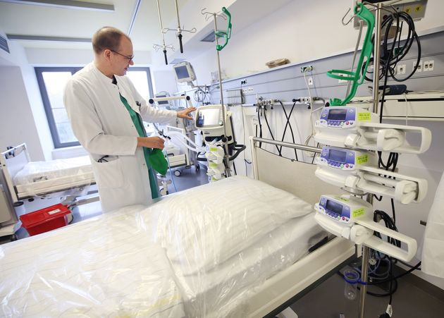 A doctor shows the functioning of a ventilator in the Viersen general hospital in