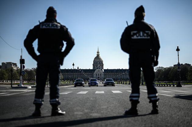 Des policiers effectuant des contrôles pendant le confinement, à Paris, le 24 mars