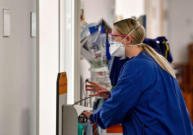 Pesquisadora trabalha com testes na pandemia do