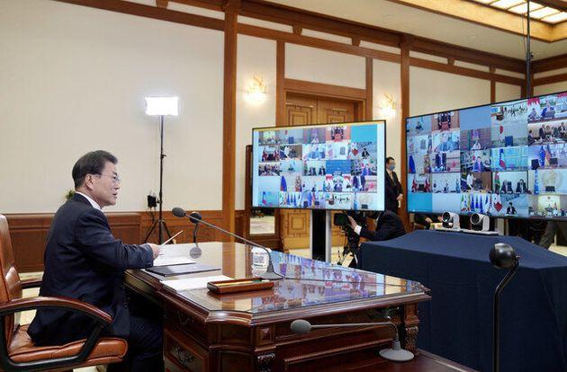 문재인 대통령이 26일 밤 청와대 본관 집무실에서 코로나19 감염증에 대응하기 위한 주요 20개국(G20) 특별 화상 정상회의를 하고