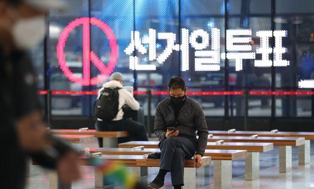 제21대 국회의원 선거 후보자 등록이 시작된 3월 26일 오후 대전역 로비에 선거 홍보 영상이 방영되고